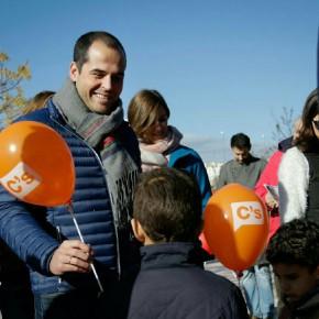Ciudadanos (C's) sale a la calle a informar a los vecinos de Las Tablas sobre la construcción del nuevo instituto.